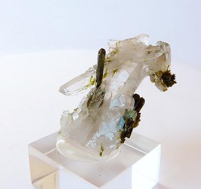 bâtons d'épidote associés à un cristal de quartz, minéral trouvé en Oisans, France