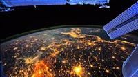 Vista Nocturna del Planeta Tierra