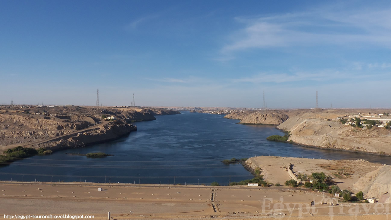 aswan high dam Aswan high dam definition: a dam on the nile forming a reservoir (lake nasser ) extending 480 km (300 miles) from | meaning, pronunciation, translations and examples.