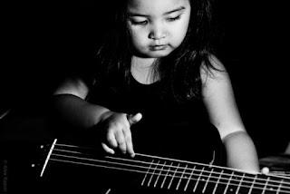 Gambar bayi perempuan bermain gitar wallpaper