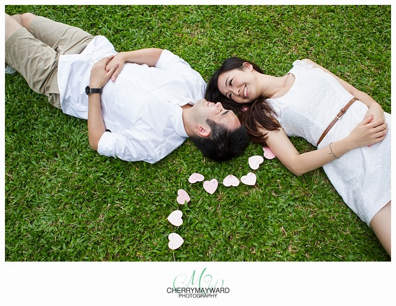 koh samui engegement, engagement photo props, heart chain, green grass, engagement photos on the grass