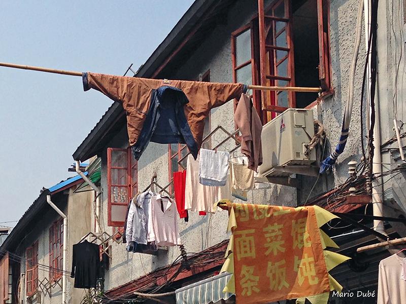 Linge suspendu dans une rue de la vieille ville