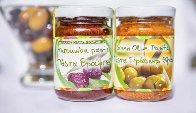 Olivenpasten im Glas Oliven im Hintergrund