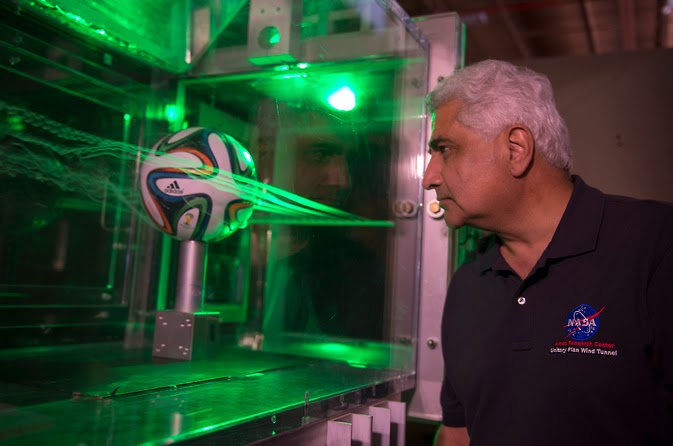 Dr. Rabi Mehta uses smoke and lasers to  Dr. Rabi Mehta sedang menginspeksi aliran udara terhadap bola Brazuca. source: NASA's Ames Research Center