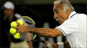 smešna Slika: teniser servira sa 4 loptice