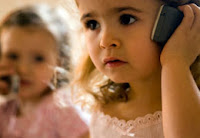 Mobilozó gyerekek
