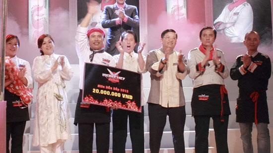 """Đầu bếp Nguyễn Thanh Tùng (trái) nhận giải """"siêu đầu bếp"""" - Ảnh: CTV"""