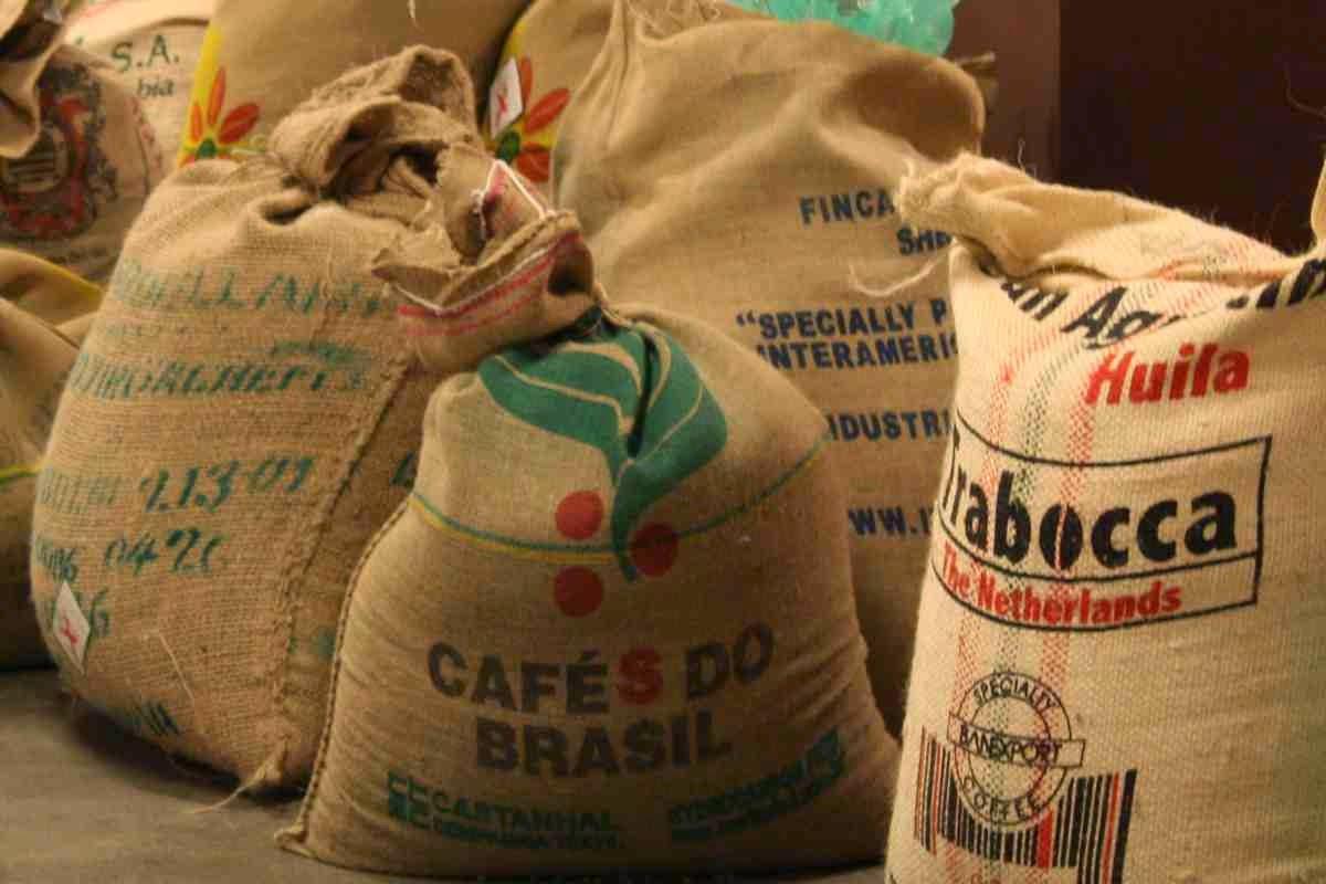 Kaffeebohnen aus aller Welt warten aufs Rösten