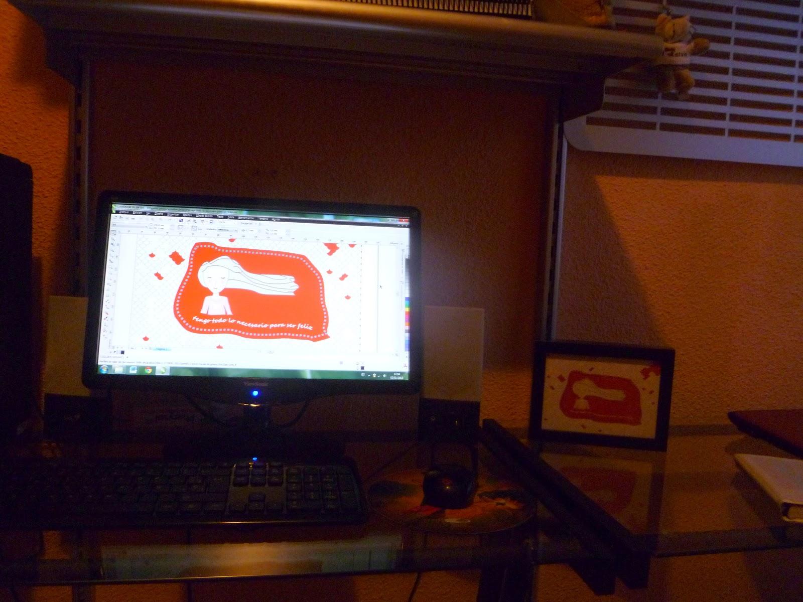 Foto de mi ordenador con el marco al lado
