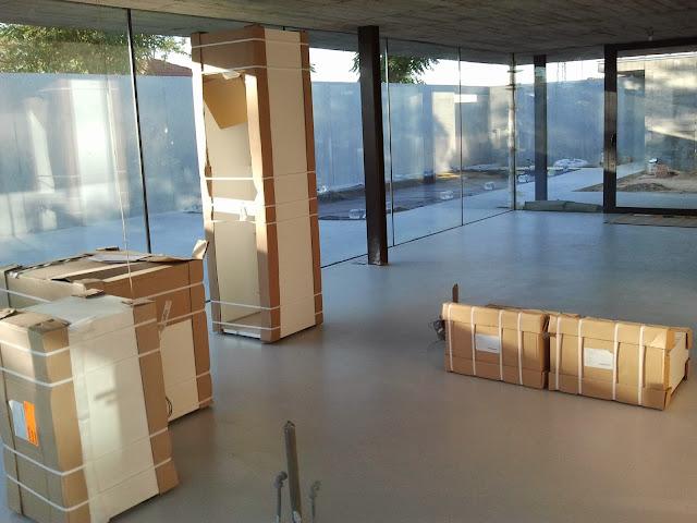 Empezamos a descargar los primeros muebles y los vamos situando en su sitio.