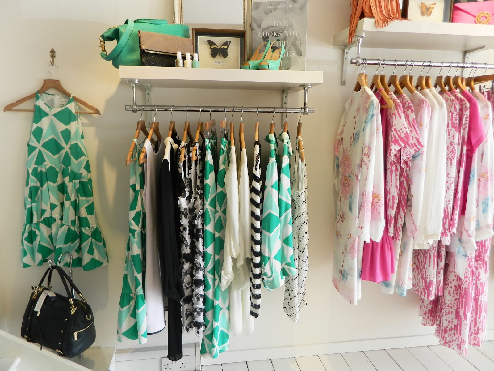 Fashion boutique drawer shelves and retail on pinterest - Burros para ropa ...