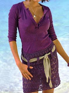 Minifalda de ganchillo en color ciruela