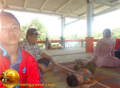 FOTO 3 : Dari kiri Gugum ( Mang Yono Junior )