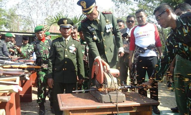 TNI Musnahkan Puluhan Senpi Rakitan dan Peluru Tajam
