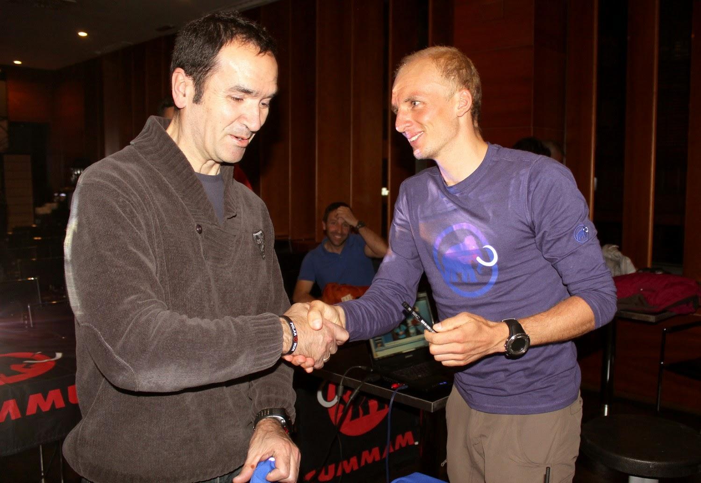 Egloff saluda a un asistente a su charla en Ponferrada. /JUAN J. LÓPEZ-TRAILCYL.COM