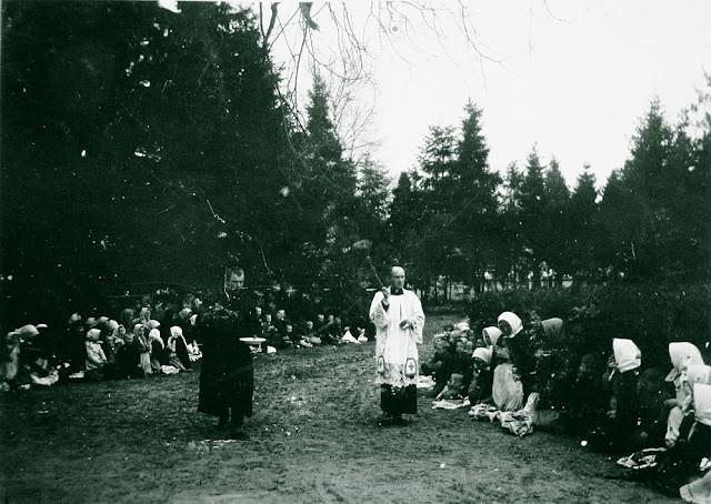 Wielkanocne święcenie pokarmów, Radoszyce 1909-15. Fot. Włodzimierz Aweryn. Fotografia była prezentowana na wystawie w galerii artysty Tadeusza Czarneckiego Biłasówka w Radoszycach we wrześniu i październiku 2012 r. Fotografia z kolekcji Muzeum Narodowego w Kielcach (MNKi/H/867).