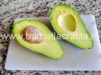 Salata cu avocado taiat, inainte de a-i scoate samburele