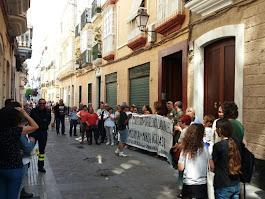 De la Concentración ante el PP de Cádiz por la Readmisión de Marisa Iglesias en Eléctrica de Cádiz