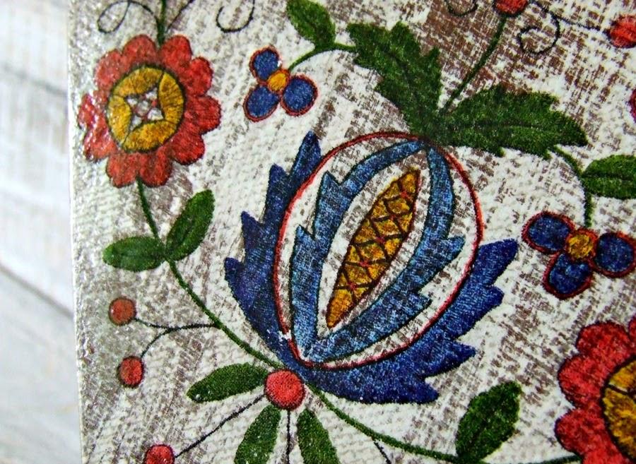 Serducha decoupage z ludowym motywem. Rustykalna dekoracja handmade.