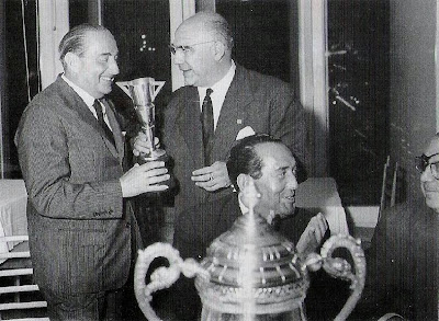 Agustí Pujol entregando un trofeo de ajedrez a Joan Vidal en 1960