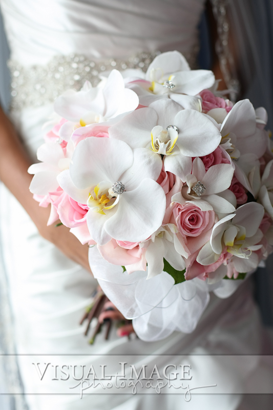 Bouquet with pink and white flowers and diamond jewels