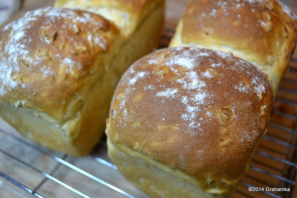 Upieczony chleb stygnie na kratce.