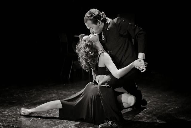 красивая чёрно-белое фото мужчина целует девушку в танце