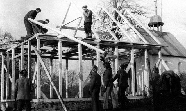 """Wąsosz Stara Wieś, budowa """"zadaszenia"""". Fotografie udostępniła Zdzisława Piotrowska z d. Szpindler."""
