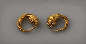 Χρυσά σκουλαρίκια που βρέθηκαν στον πλούσιο τάφο