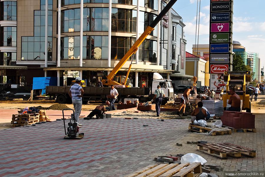 Укладка тротуарной плитки на улице Большевистской