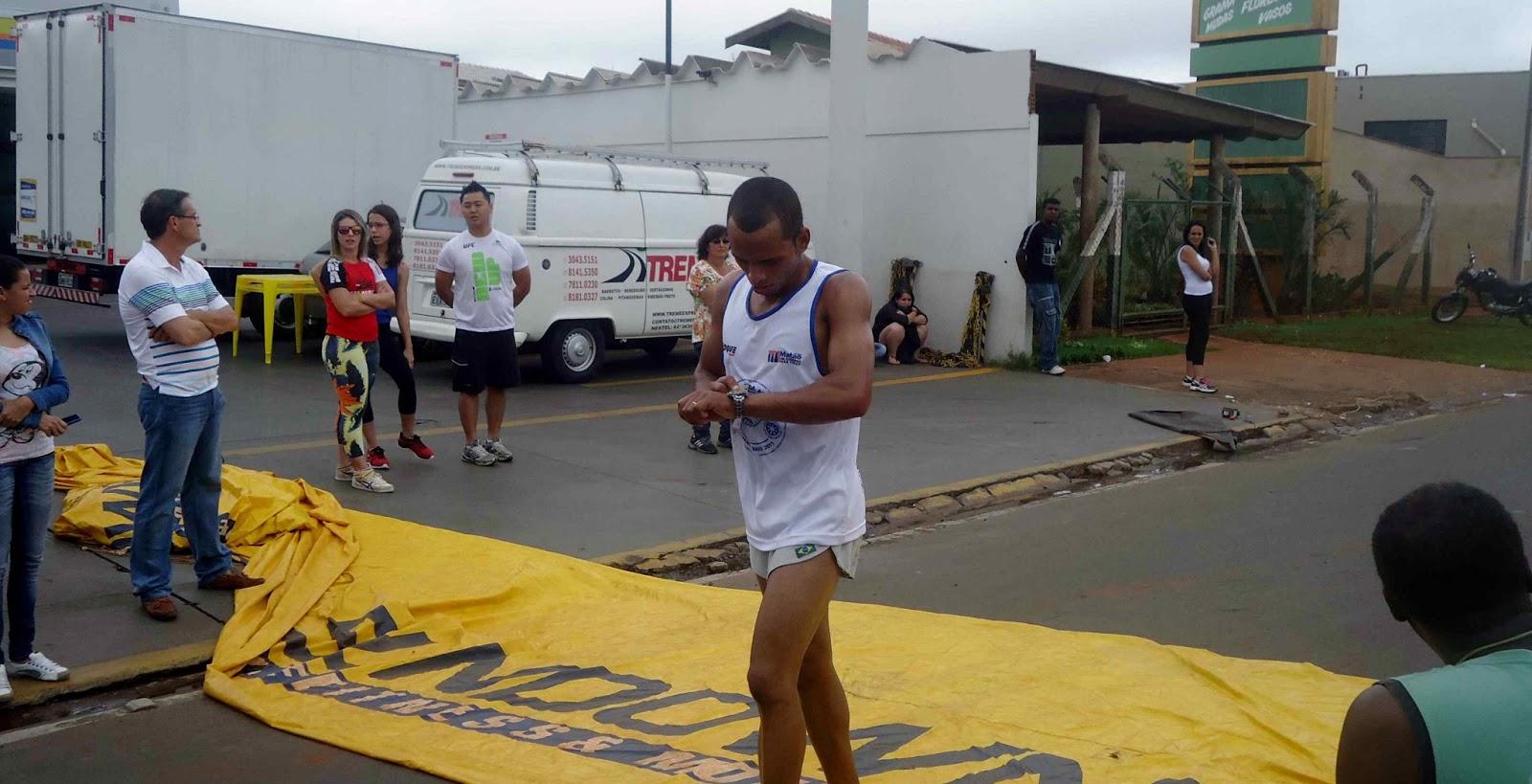 Foto 69 da 1ª Corrida Av. dos Coqueiros em Barretos-SP 14/04/2013 – Atletas cruzando a linha de chegada