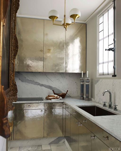 Küche in Silber und Marmor mit STILNOVO Pendelleuchte