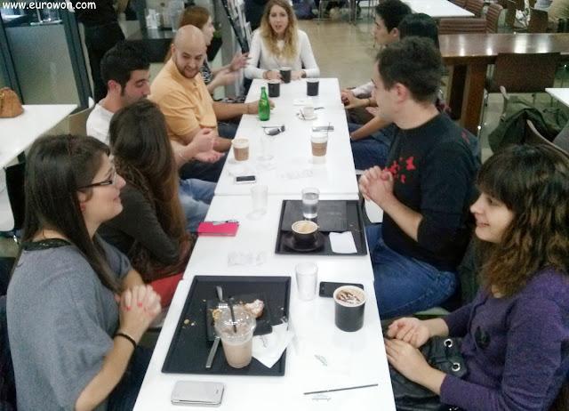 Hispanos charlando en una cafetería de Seúl