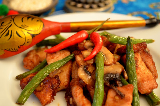 maiale piccante saltato con funghi e fagiolini/stir fried pork with mushrooms and green peas