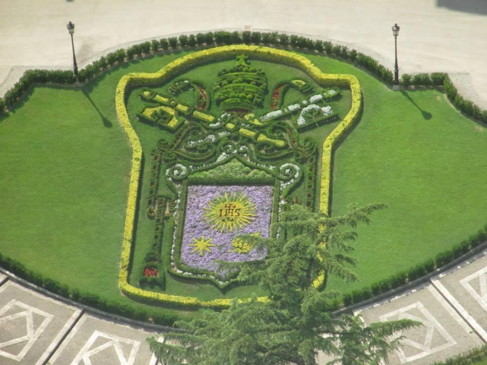 Miscosasyyo el escudo del papa francisco florece en los for Jardines vaticanos