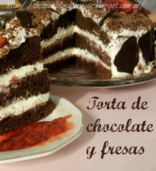 Torta de chocolate, crema y fresas
