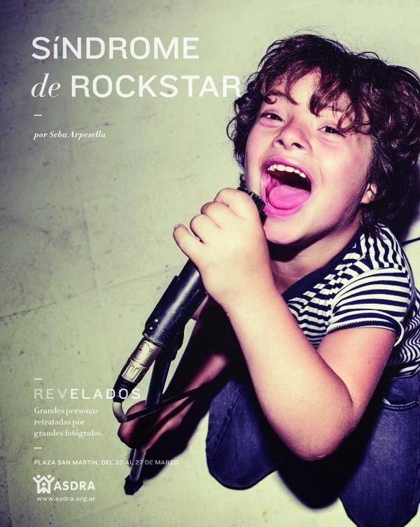 Imagen de un niño con una postura muy alegre y cantando con un micrófono.  En sobre impreso el título de la foto y datos de la campaña.