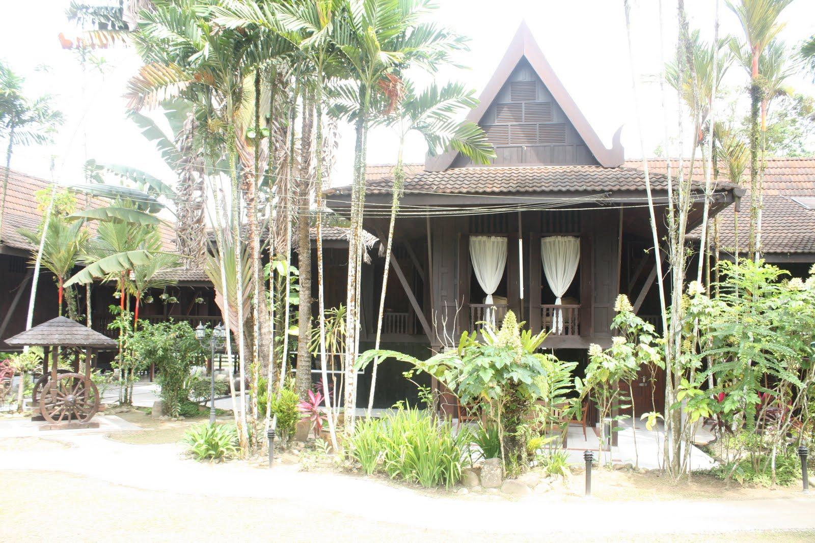 Gambar atas dan bawah: Rumah tradisional Melayu berbumbung V terbalik