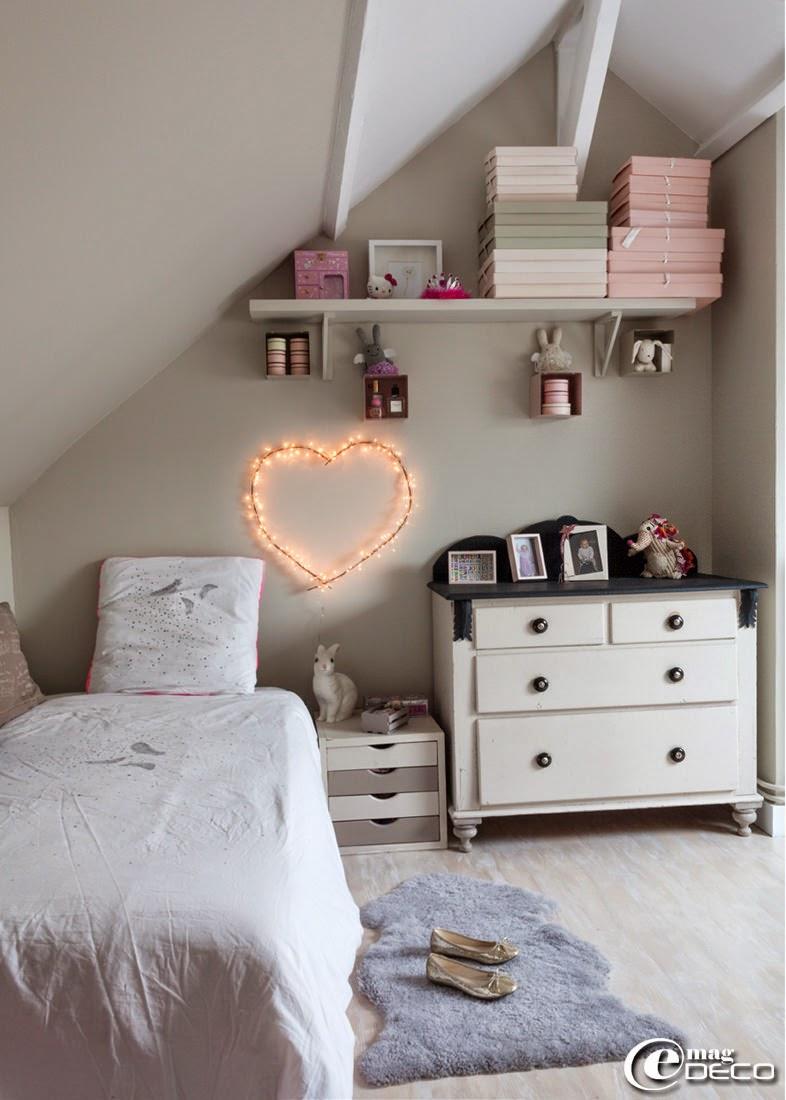 Dans une chambre d'enfant, une lampe veilleuse lapin 'Egmont Toys' et une commode d'enfance customisée par la propriétaire