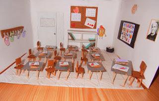 Maqueta de salon de clases con carpetas y sillas