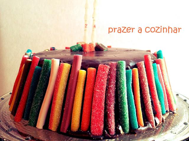 prazer a cozinhar - Bolo chiffon de chocolate decorado com gomas