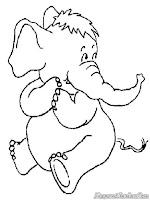 Induk Gajah Duduk Memandangi Anaknya Bermain