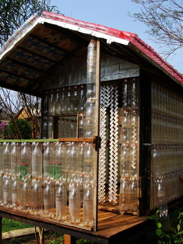 Casa construída com 1200 garrafas PET