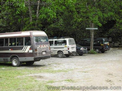 Estacionamiento de vehículos a orillas del río Tioyacu (Rioja, Perú)