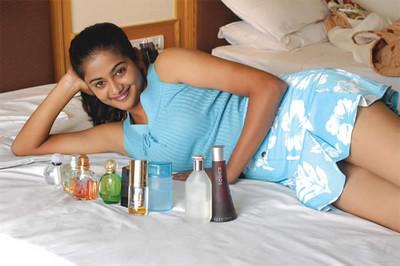 Hit Tamil actress Navel show thighs priyamni