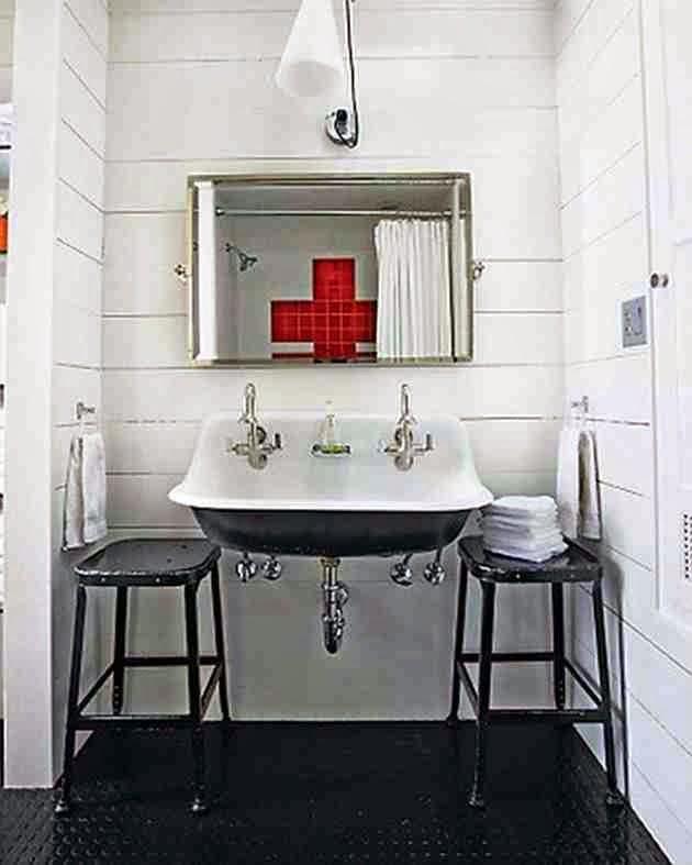Czarne metalowe taborety, metalowy czarny taboret w łazience, biała łazienka, rustykalna umywalka,