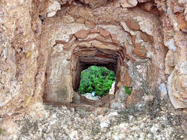 Desguàs i latrina. Castell del Rebollet
