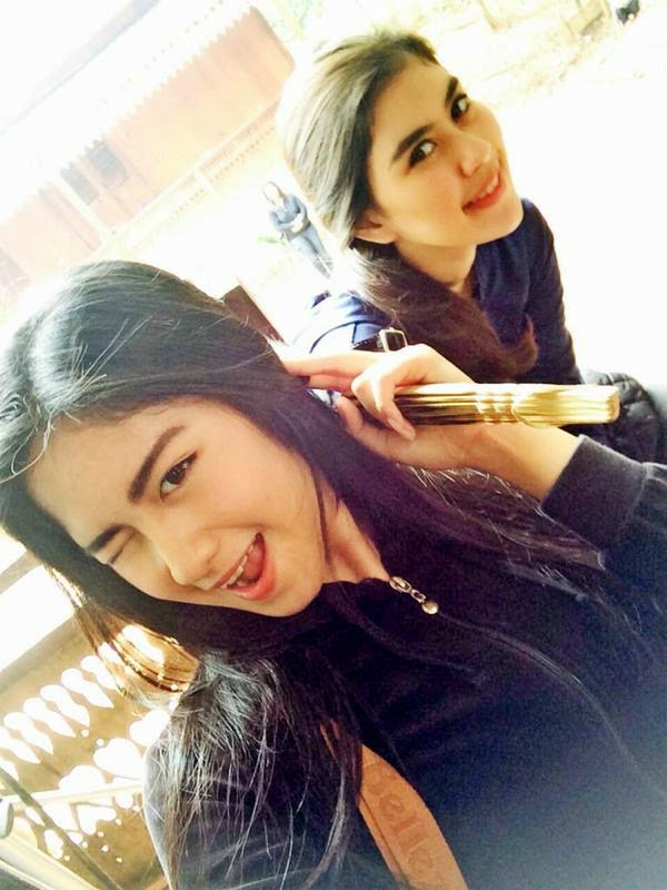Foto Ochi Pitaloka dengan Syahnaz Karina