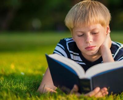7 هوايات يمكنها أن تزيد من مستوى ذكائك....تعرف عليها - طفل يقرأ كتاب ولد child boy read book