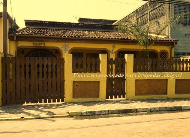 Casa grande no centro da cidade de Mongaguá a cem metros da praça Dudu Samba onde ocorre os shows de artistas e Queima de Fogos na Virada. Localiza-se a 100 metros da praia,